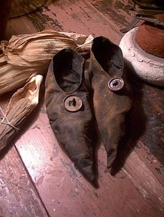 This image has an empty alt attribute; its file name is witches-shoesb404f27d7ba193649890434729ed7503.jpg